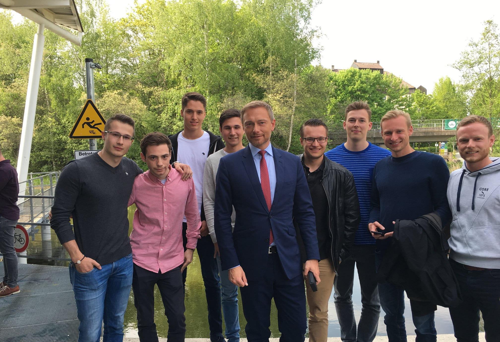 Mitglieder des Bayreuther Börsenvereins neben Christian Lindner (FDP) an der Universität Bayreuth im Mai 2018